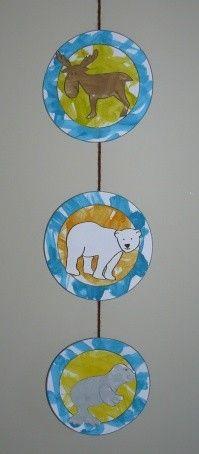 Voici le dernier bricolage réalisé par Mathéo sur notre thème des animaux polaires.Une jolie guirlande !!!  Mathéo a fait de la peinture et Lolo le découpage ...