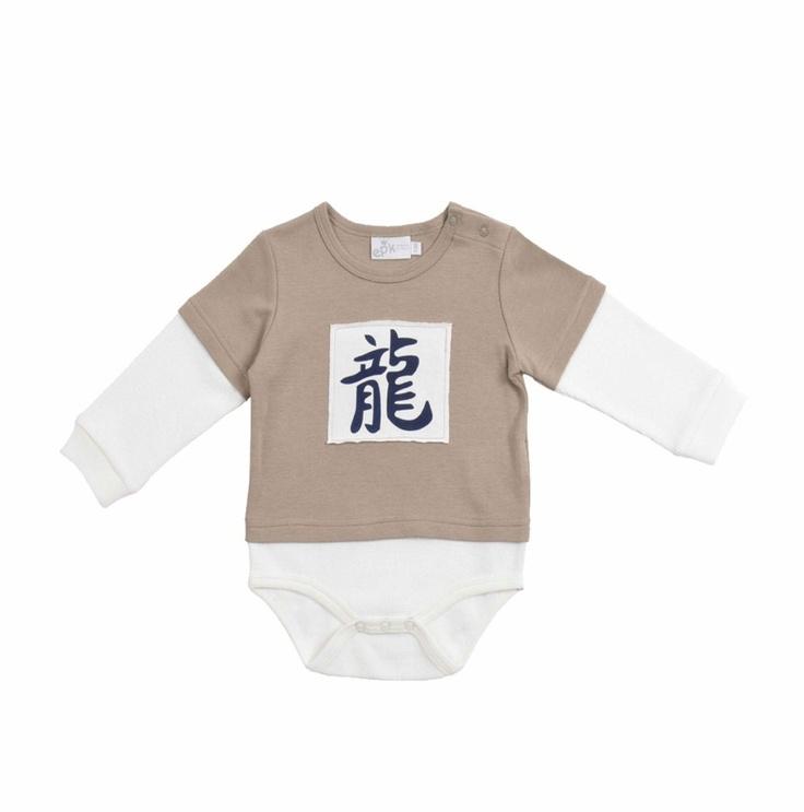Body doble manga larga en colores verde olivo y hueso para bebe niño. Detalle, al frente, de parche con símbolos chinos en color azul marino.