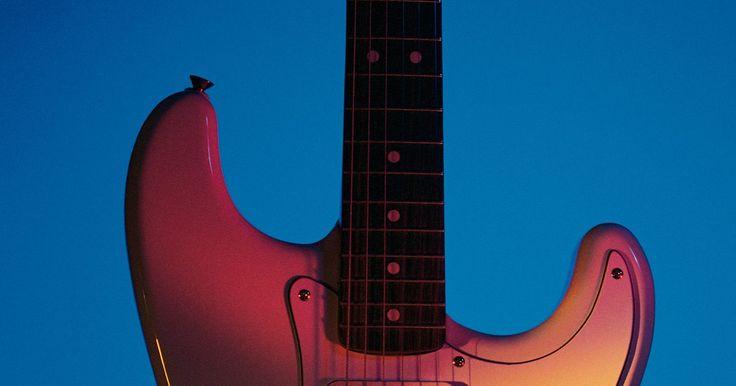 Como personalizar a sua guitarra. Alguns guitarristas recuam com o pensamento de ter qualquer coisa, principalmente tinta, na superfície de seu instrumento. Outros não conseguem suportar a ideia de manejaram a mesma guitarra que todo mundo. Se você compartilha a ideia destes últimos, coloque a sua imaginação para trabalhar e crie uma guitarra personalizada que seja tão artística ...
