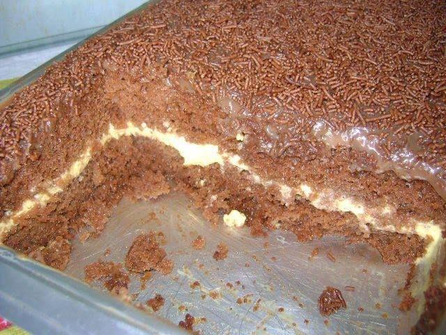 4 Ovos grandes - 2 Xícaras (chá) de açúcar - 4 Colheres (sopa) de margarina - 1 Xícara (chá) de leite - 3 Xícaras (chá) de farinha de trigo - 1 Xícara (chá) de chocolate em pó - 1 Colher (sopa) de fermento