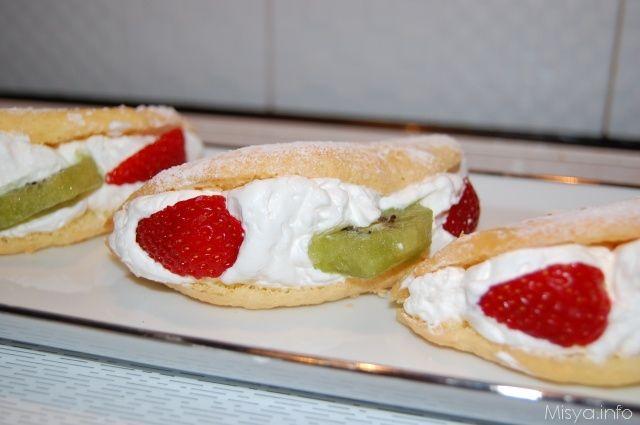 Mezzelune soffici con panna e frutta