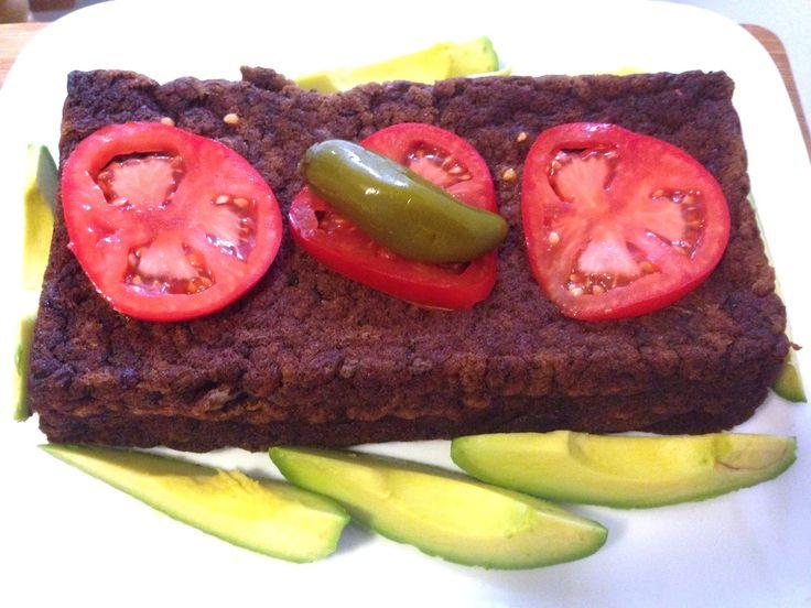Pastel de frijoles negros, vegano y sin gluten: Esta receta surgió de una manera repentina: Teníamos frijoles negros cocidos y listos para hacerlos refritos cuando se nos ocurrió experimentar y prepararlos de una manera diferente. El resultado fue un pastel vegano y sin gluten de frijoles negros que quedo delicioso. La receta esta disponible en nuestro blog: www.veganlatino.com #pastel #frijoles #frijolesnegros #vegan #vegano #singluten #ricareceta #facildehacer #paravariar