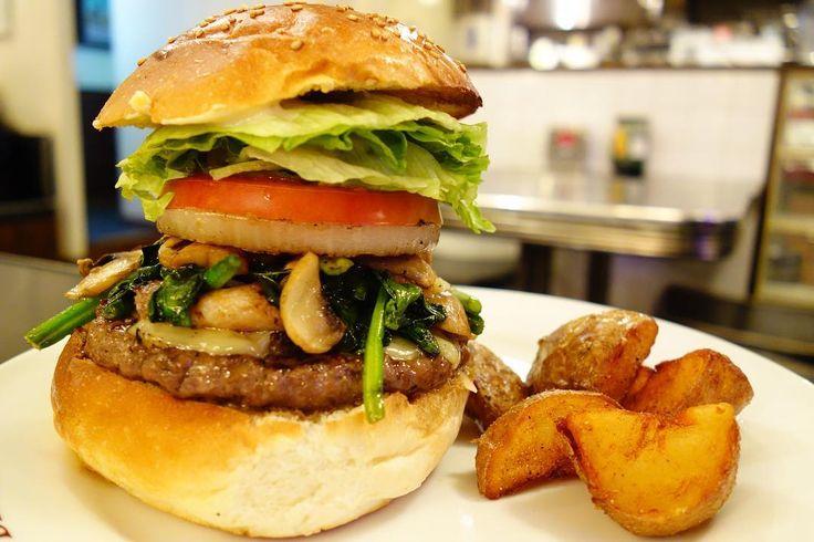 そして2017年初のマンスリーニューイヤーベジタブルバーガーガーリックバターでソテーしたほうれん草とマッシュルームをゴーダチーズ自家製ベーコンとともにどーんとトッピングASらしからぬヘルシーなバーガーですね(個人の感想です) #food #foodporn #meallog #burger #burger_jp #ハンバーガー # #tw