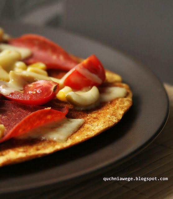 Dietetyczna pizza - 250 kalorii  Składniki na pizzę o średnicy standardowej patelni   3 łyżki płatków owsianych 2 łyżki otrębów  pszenne np. z BioFuturo 70 g jogurtu naturalnego jajko szczypta proszku do pieczenia i sody sól, pieprz, bazylia (do smaku)