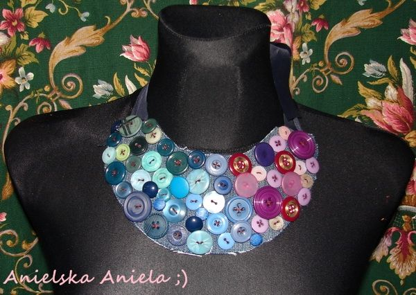 button necklace..diy ! ...jeans  buttons and ribbon..statement necklace diy