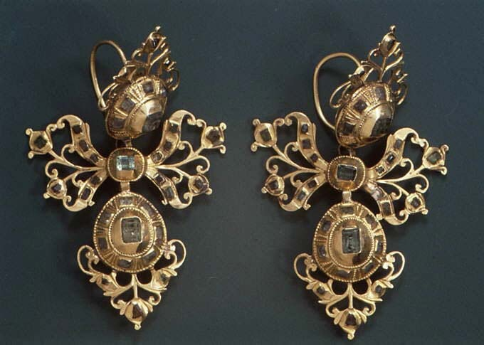 Pair of earrings which were most probably made in Spain | 18th century | Gold and emeralds.