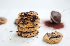 Inget gluten, inga mejeriprodukter, inget vitt socker och perfekt om du är vegan. Dessa spröda och oerhört goda chocolate chip cookies är ett nyttigare alternativ som är gjort på kikärtor! Jag vet, lite udda! Man känner dock ingen smak av kikärtor utan de hjälper bara till att få en perfekt och nyttig kaksmet. Prova själv vettja! Detta recept ger 14 stycken chocolate chip cookies!