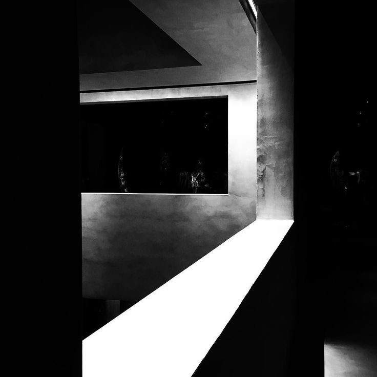 Light, darkness and straight lines || Luce, buio e linee rette #armanisilos #giorgioarmani  @itomm