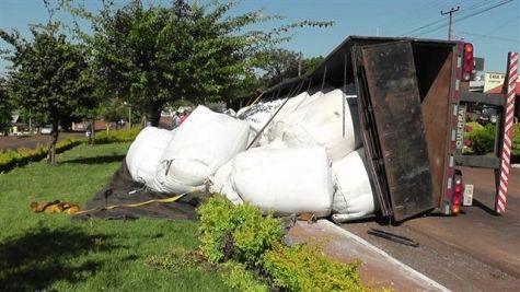Caminhão tomba e condutor é preso por embriaguez Acidente aconteceu no perímetro urbano da cidade... Um caminhão tombou na BR-163, no perímetro urbano de Lindoeste, na madrugada deste domingo (21). O motorista do veículo estava embriagado e acabou preso pela Polícia Rodoviária Federal.