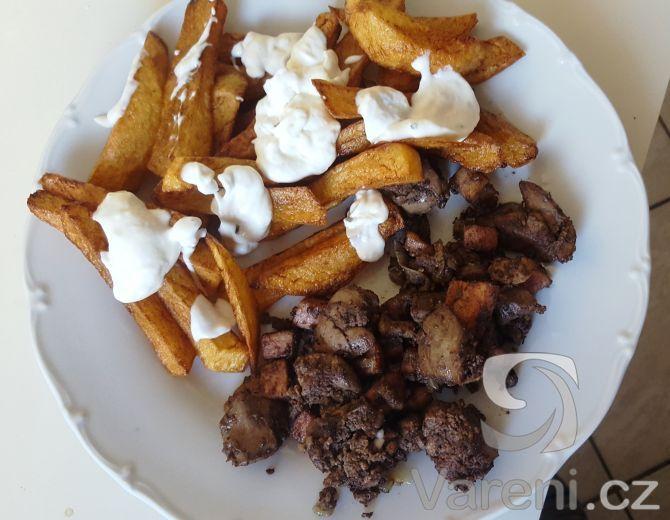 Snadný a rychlý recept na přípravu kuřecích jater s cibulí a slaninou.