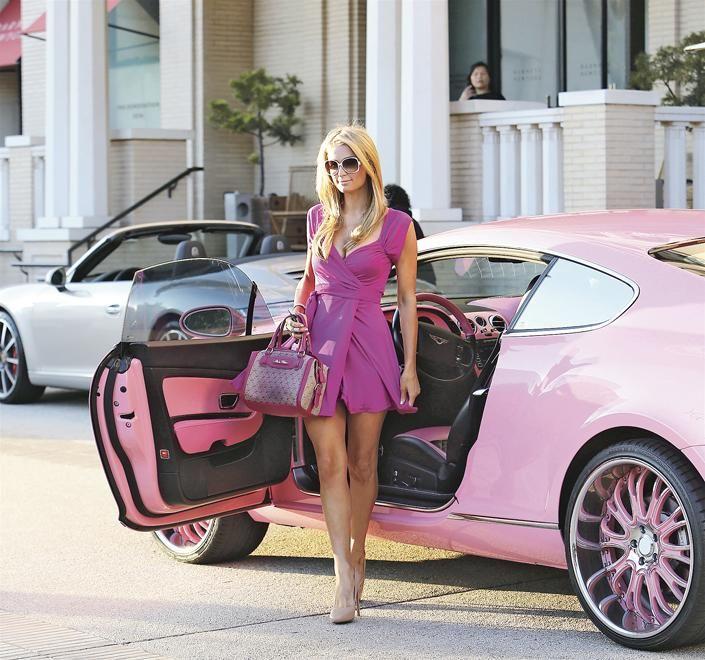 Méregdrága autót csúfított el Paris Hilton
