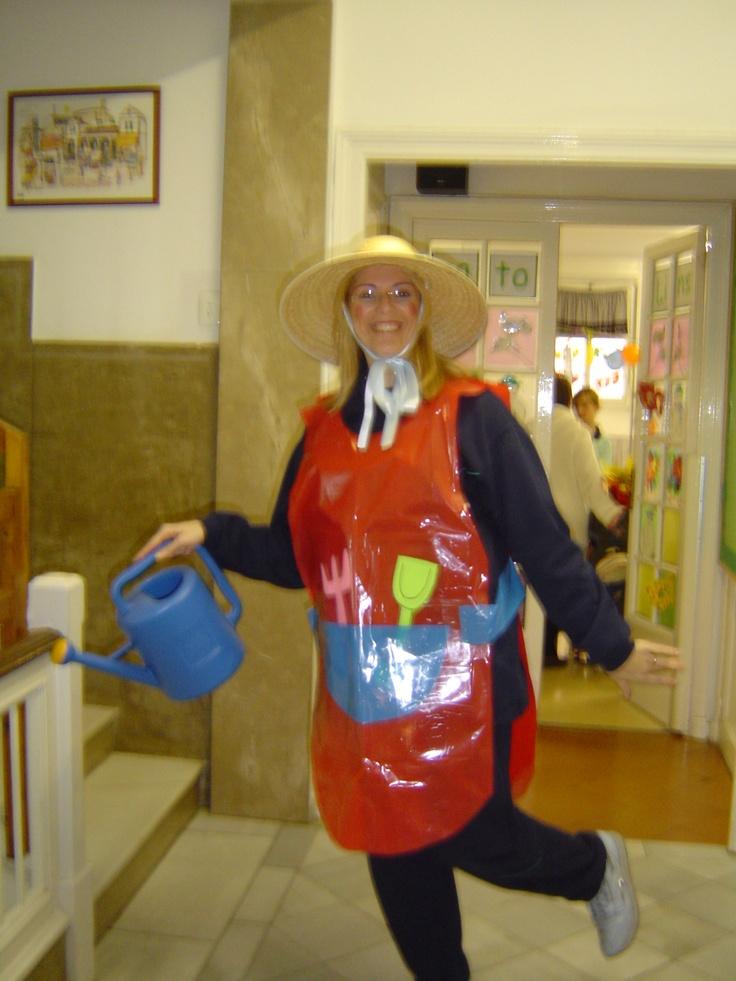"DISFRESSA ""JARDINERES"" disfraz de jardinera con bolsa roja | http://www.multipapel.com/subfamilia-bolsas-disfraces-educacion-infantil-pequenas.htm"