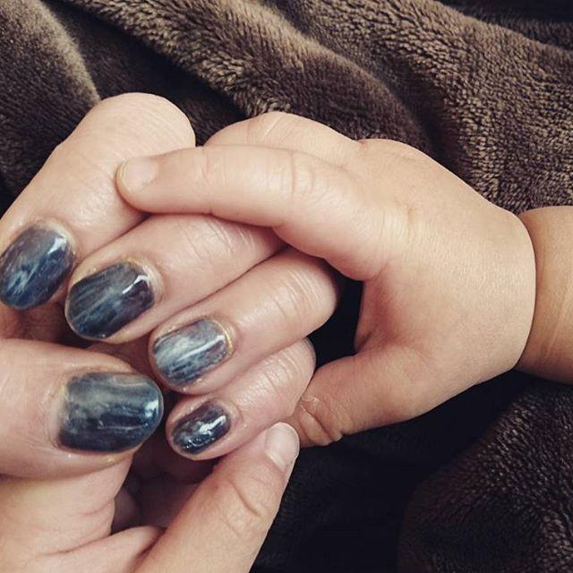 💅 何年かぶりのジェル 久しぶりすぎて説明書みながらやってたら左手でおしまいww 右手はいつになるかなー😂  #セルフネイル#ジェルネイル#ストーン風ネイル #手が小さい#爪も小さい#こどもの手#母の手#むちむち#昇の手 #UVライト買い替えたい #かれこれ10年近く #あーお昼寝が待ち遠しい🙈