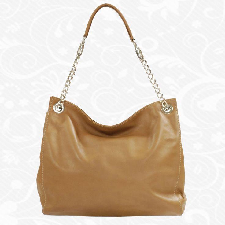 Dámska kožená kabelka vyrobená z jemnej prírodnej talianskej kože. Vycibrený taliansky vkus a zmysel pre detail a štýl sa spája s módnym doplnkom pre každú príležitosť. Výsledkom je nádherná kožená kabelka v atraktívnych farebných prevedeniach s veľkorysým úložným priestorom. Talianske kožené kabelky sú vhodným módnym doplnkom pre každú príležitosť. Vo vnútri kabelky sa nachádzajú vrecká na mobil a iné drobnosti.