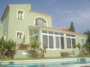 Superb recently constucted villa (2004) perfectly situated on the front line of Duquesa golf enjoying panoramic sea views.