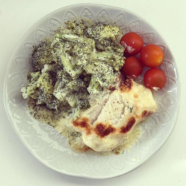 Rester till lunch på hemmaplan efter personalmöte. Skönt med kort dag 👌🏻 Torskrygg i ugn med dillbroccoli. Dill (stuvad) broccoli är för övrigt ett himla gott alternativ att ha till fisk. Koka färsk broccoli 5-10min, beroende på önskad konsistens. Häll av vatten och tillsätt majonäs, dill, salt och vitpeppar 😋 #lchf #torsk #fishfood #stuvad #stuvning #recept #lågkolhydratkost #broccolisallad #weightloss