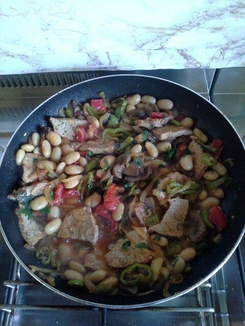 Carne scottata in padella con verdure e funghi