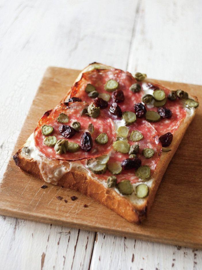 サラミの野性味ある味にケイパー、ピクルスを合わせれば、すっきりした口あたりに。トーストに塗ったヨーグルトでさわやかな風味が加わる。|『ELLE a table』はおしゃれで簡単なレシピが満載!