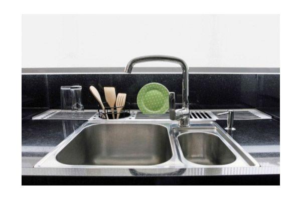 Bancada de granito recebeu um corte ao fundo para encaixar o escorredor de pratos e talheres