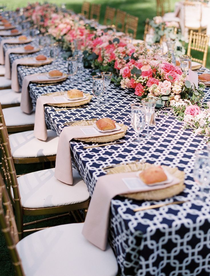 Estava dando uma olhada (pela milésima vez hahaha) nos meus guias de noivas e encontrei fotos de casamentos em rosa e azul. Não vejo muitos casamentos decorados dessa cor, a maioria é vermelho, bra…