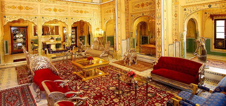 Per costruire la suite Shahi Mahal del Raj Palace in Jaipur, ci sono voluti ben 12 anni. Costa circa 45.000 euro a notte ed è un trionfo di stucchi, arazzi e tappeti di valore inestimabile, comprese pareti placcate d'oro, un cortile, un teatro, una piscina, una spa (tutti privati, of course!) e uno staff dedicato a tua completa disposizione.