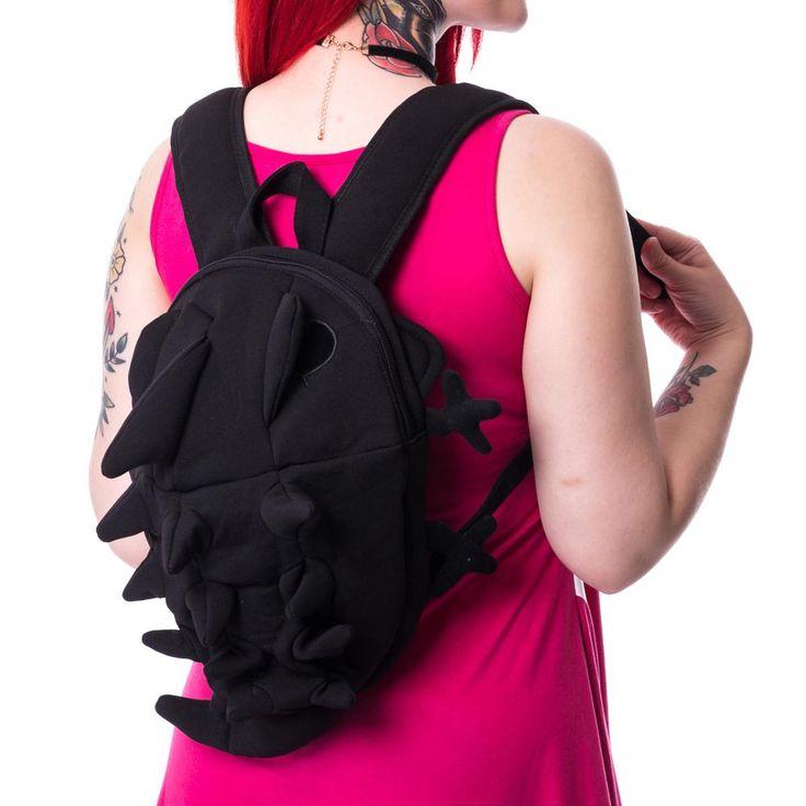 Poizen Industries. Een zwarte stoffen monster rug tas met uitstekende tong wanneer de rugzak opengemaakt is met de ritssluiting aan de bovenkant. De rugtas heeft spike-achtige details op de rug en staart van het monster.