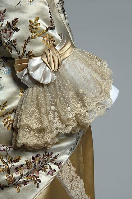 Emile Pingat diseño, 1878 Cream brocado de seda, encajes, satén dorado y amarillo - Detalle de la manga Chicago History Museum