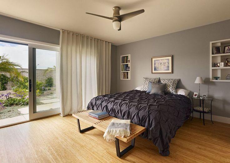 Занавески в спальню: обзор трендовых новинок и 85+ эстетически совершенных идей для комнаты http://happymodern.ru/zanaveski-v-spalnyu-foto/ Светло-серые шторы из хлопковой ткани идеально подходят для данной современной спальни