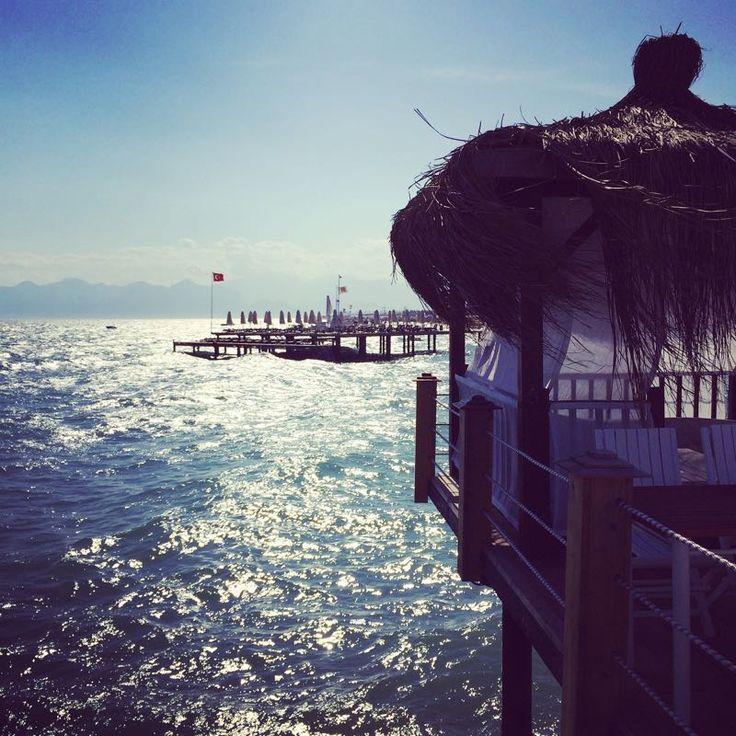 Ein Platz auf dem Holz-Steg, der ins Meer hineinragt, kostet auch in diesem All-Inclusive-Resort extra