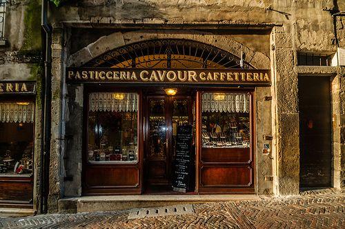 Bergamo (Italia) - Città alta: antica pasticceria Cavour