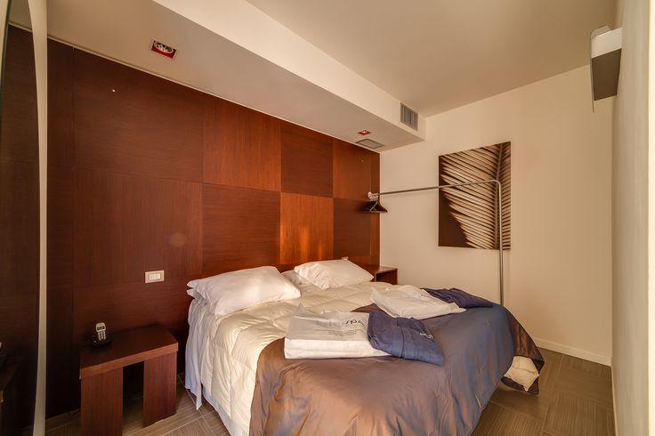 I colori del legno e il set di benessere con accappatoio e ciabbatine per la spa danno una sensazione di calore ed accoglienza fin dall'arrivo in camera.