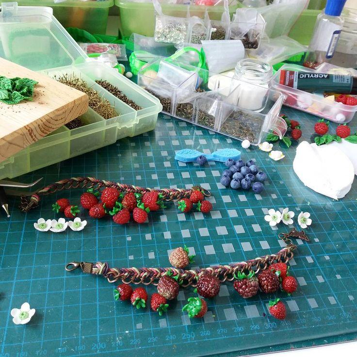 """У меня в творческом процессе на столе всегда состояние """"после взрыва""""🙃:сплошные горы  всего и ни чего не возможно найти😅. Но после завершения я всегда все раставляю и прячу на свои места, что бы потом сесть за чистый стол и создавать новый бардак😂. А у вас полный порядок? #процесс #полимернаяглина #ягоды #arcillapolimerica #polymerclay #berries #process"""