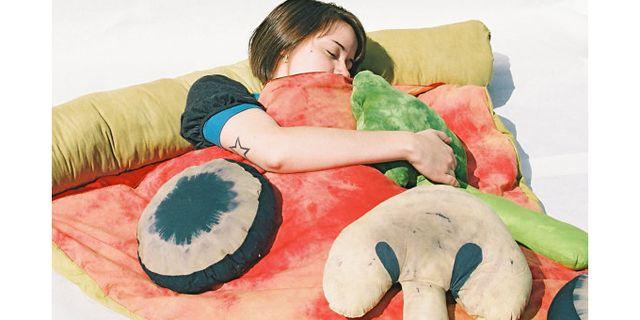Soooooo cute futon of Pizza② ピザ寝袋2  ハンドメイドなアイテムを取り扱っているEtsyにて、ピザ型の寝袋が発売中だ。プレーンな状態に、別売のトッピングを付けることができる。約2万3860円で、ブロッコリーやオリーブ、玉ネギなどのトッピングがある