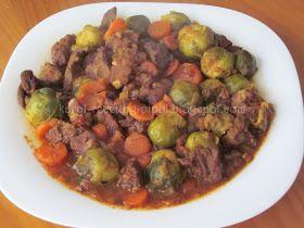 INGREDIENTES: 350 g. de carne de ternera para guisar 1 zanahoria grande 300 g. de coles de bruselas 1/2 cebolla grande 1 tomate 1 die...