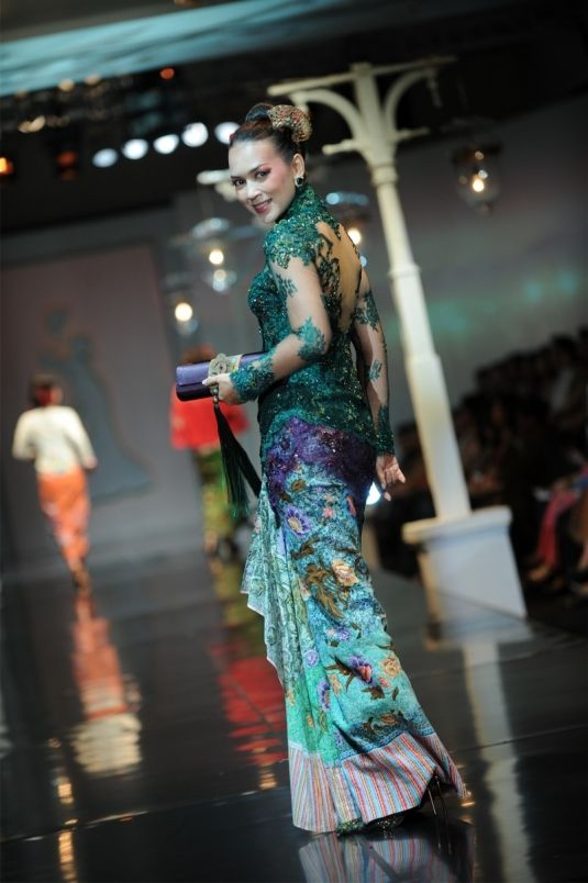 Anne Avanti - Indonesian traditional batik kebaya modernised Damai negeriku - putri Tionghoa www.anneavantie.com