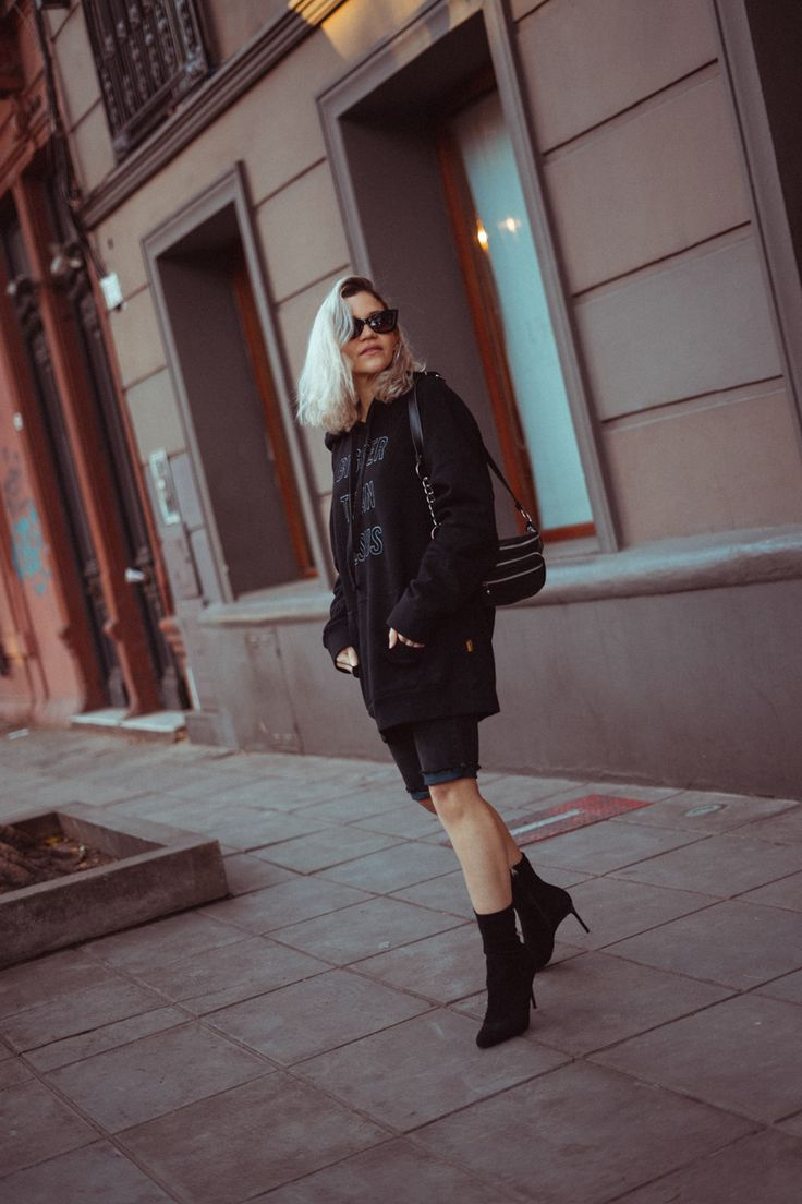 TENDENCIAS DE MODA FAVORITAS 2019 | Mary Wears Boots Shorts Negros, Leather Skirt, Denim Shorts, Winter Jackets, Feminine, Street Style, Poses, Outfits, Sexy
