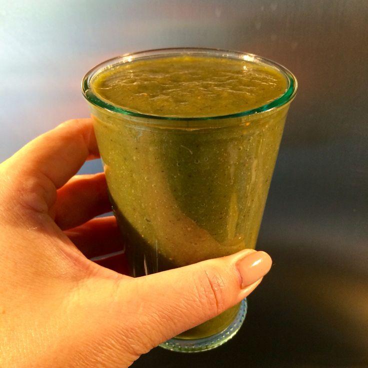 Kwart komkommer Kiwi Munt blaadjes Basilicum Boerenkool Aardbeien of ananas  Beetje water toevoegen en blenderen. Bommetje vitamine van groente en fruit.