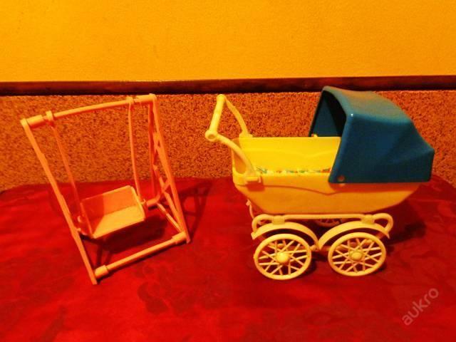 Starý plastový kočárek   houpačka pro mini panenky