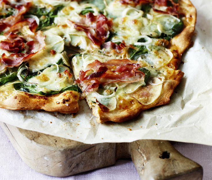 Man kan sagtens lave lækker aftensmad med kun seks ingredienser ved hånden. Prøv denne nemme opskrift på hjemmelavet kartoffelpizza med spinat og pancetta!