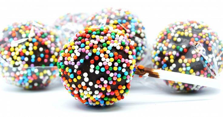 Кейк попс (Cake Pops) - это круглое бисквитное пирожное на палочке, в глазури, украшенное кондитерской посыпкой. Проще говоря, маленький тортик на палочке. Своей популяризации кейк попс обязаны талантливому кондитеру из Атланты Энджи Дадли. Именно она в своем блоге впервые предложила использовать оставшиеся от коржей торта обрезки для создания маленьких пирожных, напоминающих леденцы чупа-чупс.  Ммм... Пальчики оближешь!