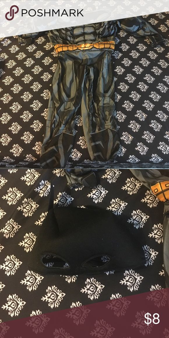Toddler Batman Costume Size 2T Like new only worn once and it was to small so had to buy a different size. Batman Costumes Halloween