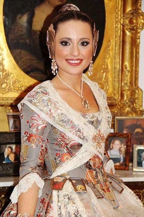 Carmen Sancho de Rosa, Fallera Mayor de Valencia 2014 con un espolín en color visón y flores en coral del siglo XVIII. #fallas #fallera