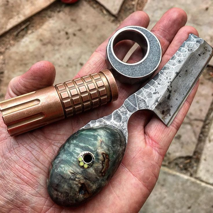 Shop dump with one of the AGGRO SpaceDust WIP's. Oh, and I finished my first knife a few weeks ago... 😎😤  #everydaycarry #pirate #ohmen #frag #edc #maratac #copper #knife #piraterazor #razor #handdump #pocketdump #spacedust #titanium #customjewelry #eclipse #moon #cosmic #spacejunk