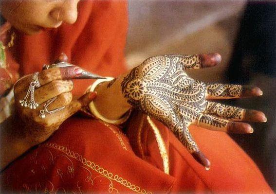 Татуировки хной: тонкости и секреты  Временные татуировки хной сегодня очень популярны во всем мире. Тату хной – прекрасный способ украсить свое тело и изменить свой образ. Временные тату берут свое начало в Древнем Египте и Индии, откуда они распространились по всему свету. Наиболее популярен сейчас способ нанесения татуировок с помощью хны - мехенди. Метод этот довольно несложный и при определенной сноровке им можно овладеть и в домашних условиях. А если учитывать сакральный смысл…