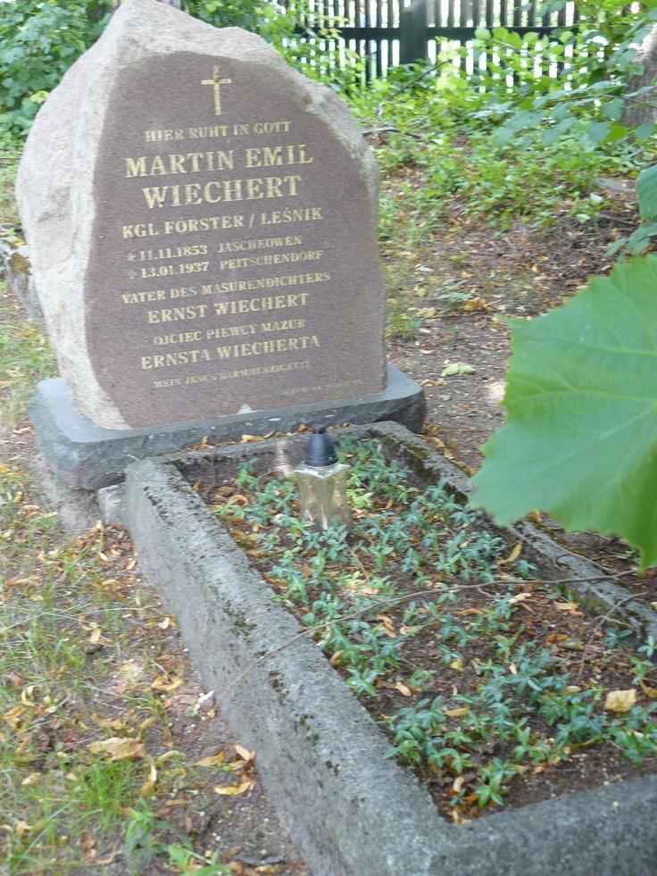 """W Pieckach, niewielkiej mazurskiej  miejscowości, znajduje się grób Martina Emila Wiecherta - ojca słynnego pisarza Ernsta """"Ehrenreicha"""" Wiecherta. Martin Wiechert był zwykłym leśniczym, a Ernst poruszył świat swoimi dziełami oraz postawą podczas II wojny światowej...  Fot. Magdalena Dziejma"""