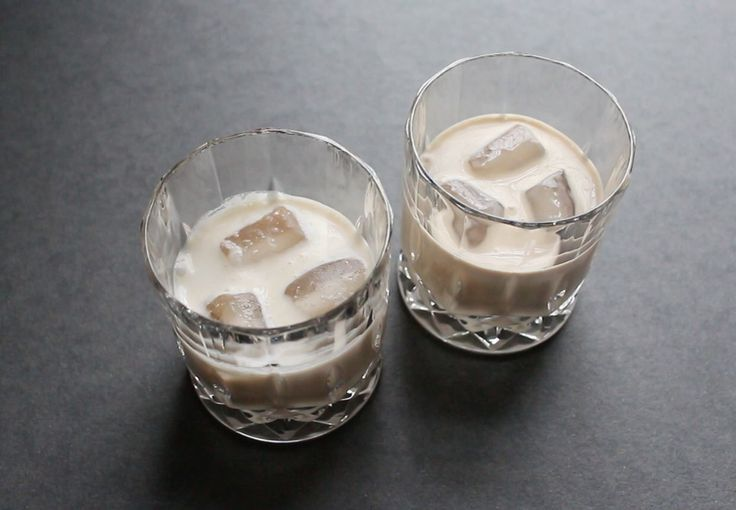 Hvad er det, der smager koldt, cremet og fløjlsblødt, lidt kaffet og en anelse af spiritus? Det er Baileys - og her kan du lave den derhjemme!
