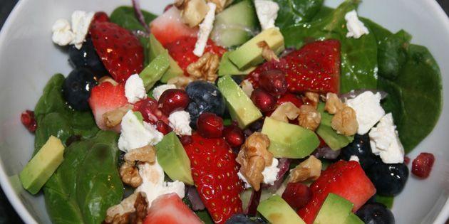 Skøn salat med både jordbær, blåbær og granatæble, der sprudler af sommer. De friske bær smager fantastisk sammen med den cremede avocado og salte fetaost.