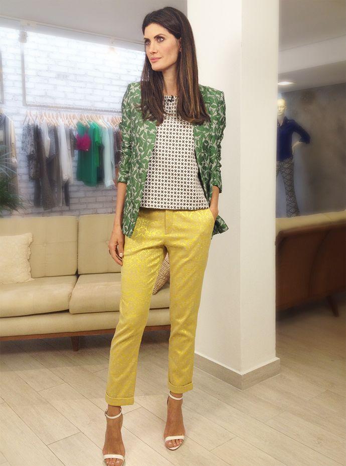 Inspiração de look criativo e ousado. Além do mix de estampas, tem também um mix de texturas. Adorei o resultado! A blusa em cores clássicas deu equilíbrio entre o verde e o amarelo.