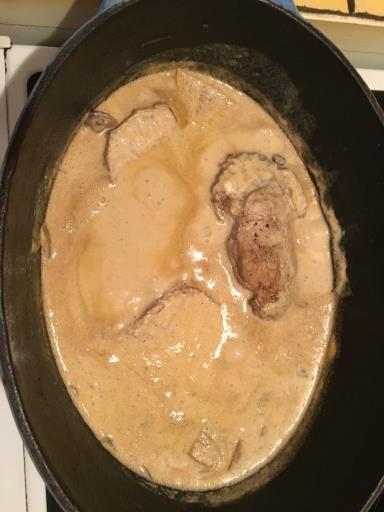 moutarde, poivre, crême fraîche, oignon blanc, vin blanc sec, beurre, sel, roti de porc