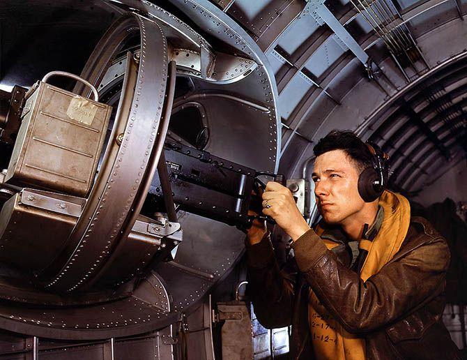1942. База морской авиации в Корпус-Кристи, штат Техас Джесси Родос Уоллер, помощник третьего класса, целится из пулемета тридцатого калибра. Говард Голлем